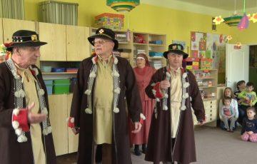 Przedszkolaki poznają folklor