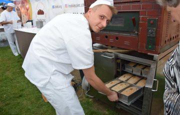 Piekli chleb w Buczynie