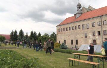 Bracia zaprosili do ogrodu klasztornego